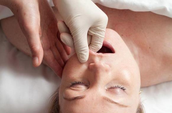 процесс буккального массажа лица